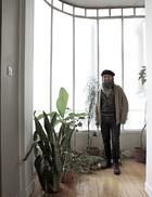 """主人: 尼尔森·塞普尔维达(Nelson Sepulveda),智利出生的法国设计师兼创意造型师。从彩妆造型开始,他的工作横跨多个领域,近来多专注于大牌产品画册的设计工作,十分忙碌。同时,他也在摩洛哥、突尼斯、埃及等多地开办手工艺讲习班,借此打造品牌形象并进行物品的创作。2008年,他曾为了寻找自己制作灯具的材料——竹子,而来到中国。他说在北京时,他喜欢在旧城区里骑行,还喜欢去紫禁城那些与世隔绝的小屋子里,""""坐着,阅读,体会古代的中国。"""""""