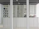 厨房设计全部由Autoban操刀,无遮挡木制结构,格纹木门,同样的格纹图案被用在了厨房的储物架和储物柜。定制黄铜把手的灵感来自Caglar家族姓氏的首字母组合图案。厨房岛台面由灰色马尔马拉大理石制成,好像漂浮在厨房的庞然大物。