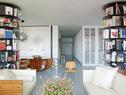 起居室,胶合板座椅由Autoban设计Vitra生产,小桌子是Knoll的,桌上的钟形玻璃罩为Passab ahce,咖啡桌是Eames的,滚轮玻璃展示桌由Autoban设计。