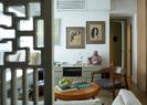 起居室里,中国的艺术品结合定制的现代家具和上世纪中期的经典设计,创造了一种新鲜的跨文化氛围。两幅素描来自越南艺术家Luu CongNhan。