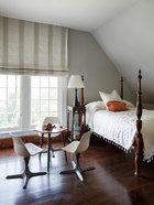 女儿的房间里摆放的是一张美式的乡村古董床。