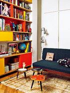 彩色福米加塑料贴面的柜子,灵感来自Charlotte Perriand的设计。上世纪60年代的丹麦沙发购自El Transformista,沙发上的靠垫是Julia Martínez为Petit Point设计的。Jan Kath的地毯上摆着几个来自La Recova的小桌子。