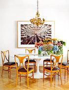 餐厅里摆着Saarinen为 Knoll设计的Tulip大理石餐桌和在El Transformista购买的Ico Parisi设计的上世纪50年代的椅子。金色吊灯是在巴黎的跳蚤市场上淘来的。墙上挂着Uxío Da Vila拍摄的华盛顿地铁站的摄影作品。餐桌上摆着Sally L.Hambleton的英国玫瑰、绣球花、非洲菊和孤挺花……