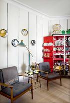在这个阅读的角落里,上世纪50年代的丹麦扶手椅购自David Puente;棋盘式的书报桌是在比亚里茨购买的;红色柜子来自El Teatro De Los Sueños,现在被用作餐具柜;上世纪50年代的意大利落地灯购买自Modernario。墙布来自José María Ruiz,墙上还挂着Fornasetti的盘子。
