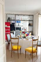 餐桌的布置同样明亮而缤纷,充满了浓浓的圣诞气氛。而经典餐具的加入,则让这种节日气氛变得充满质感又轻盈无比。餐厅里,桌子是在JonUrgoiti购买的;椅子则来自Youtopia;铁和玻璃制成的用来分隔厨房的屏障上摆着在Objetology购买的上世纪70年代的人头摆件。蛋白色玻璃吊灯来自巴黎的Las Pulgas。