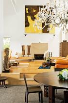 宁静的客厅与绚烂的水晶灯,正仿佛女主人内心儒雅稳重与时尚前卫的双面性。从餐厅望去,挑高、宽敞的客厅,是冯亚敏闲暇时最爱待的空间。