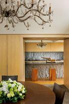厨房的自然原石背景,让空间多了生命气息。