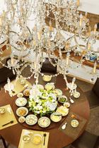 时装设计师Martin Margiala亲自帮冯亚敏挑选的法式水晶吊灯,搭配一入口的中式大圆餐桌,颇有一番味道。