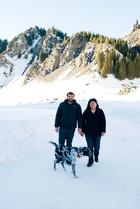 设计师搭档Blake(左)和Lili(右)带着从北京坐飞机来的大狗Danny,在南山的茫茫雪原中尽情撒欢!
