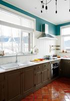 木墙群增加了厨房的温暖感,橱柜上精致的手把形式各异,是Anthropologie的装饰产品。