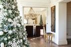 圣诞树与圣诞餐桌都选择了雪白的色调,精致的细节与剔透的光线让圣洁的节日气氛呼之欲出。透过那棵与天花板齐高的冷杉圣诞树,我们能看到精致璀璨的圣诞餐桌布置。