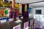 厨房与餐厅相连,右边用于分离厨房与餐厅的淡紫色墙体是用有机玻璃做成的,可滑动。墙体与地面被涂成同样的淡紫色,相呼应地使用同样的树酯。