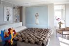 """卧室,由Meridiani特别定制的顶级皮草床。墙面上,床头上方,挂着Aya Takano的画作。墙面上,床的一边,是中国艺术家刘野的画作《白雪公主》。在前排靠左边,出自Keith Haring的雕像,呈现出了多个舞者的形象。右边摆着从Hamptons购回的扶手椅。里面靠右边,是Rebecca Stevenson的玫瑰色树脂蜡质天鹅。卧室里中国艺术家刘野的画作《白雪公主》,算得上是女主人的最爱。""""这幅谜一般的画作能够抚慰人心,令人心情平静。"""""""