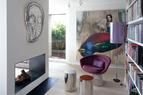 客厅里有书柜和壁炉,扶手椅是Warren Platner1966出品的,落地灯为Franz West,壁炉上方有Thomas Houseago的作品,靠里面的墙面上是中国艺术家陈可的作品。