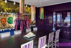 餐厅里,旧式椅子是从一个古董商处购得,年代不详,重新上了漆,并绘制有天鹅绒紫色条纹。桌上有Bertozzi &Cassoni的陶瓷作品。墙面是Gilbert & George1982的画作《日与夜》(Day & Night)。