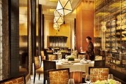 澳門四季酒店 Four Seasons Hotel Macau:酒店位于金光大道,建筑外型呈葡萄牙殖民風格,內部則呈新古典...
