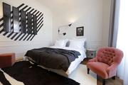每间客房都如同艺术展间,满敷雪白的护墙板和少量简约派黑色家俬,尽一切可能烘托被分发到的艺术杰作。你...