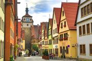 德国罗腾堡来到罗腾堡就像是一脚踏入中世纪一般,这里房屋依旧保留将篮子挂在窗边的习惯,光是走在街上就...