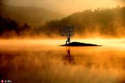 安徽皖南黟县,拍摄的晨曦奇墅湖美景。当日,在安徽皖南黟县奇墅湖的平静湖面上,被一层蒸腾流动的雾气所...