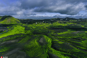 冰岛几乎整个国家都建立在火山岩石上,大部分土地不能开垦,是世界温泉最多的国家,地热资源丰富,所以被...