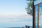 我在午后来到無舍所在的马久邑,此刻洱海已是透蓝如镜。最近洱海在进行排污整治。但这不影响骑车环海的小...