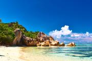 塞舌尔,普拉兰岛和拉迪格岛虽然拉迪格岛不如普拉兰岛一般有名,但两岛的风景都同样迷人,就像是天堂的缩...