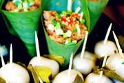 竹叶粉蒸肉。上好的牛肉裹上饱满的米粒,放在垫上竹叶的蒸锅里,上锅蒸到肉酥软为止。蒸好的肉吸收了竹叶...