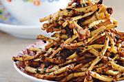 凉拌折耳根 HK$38。选用折耳根的根部,配上胡辣椒、香葱、黑醋及酱油拌匀品尝。