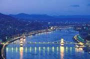 船游多瑙河:多瑙河是布达佩斯的灵魂,它的美丽被欧洲的诗人们无数次地赞颂。而多瑙河游船则是赏布达佩斯...