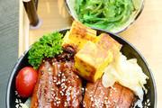 《柯南》中的美食,最记得的是元太最爱的鳗鱼饭了,好像剧中很多人都很喜欢吃它。将鳗鱼沾上又甜又咸的调...