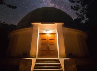 摄影师旅拍俄罗斯山峰夜景 星光熠熠美炸了