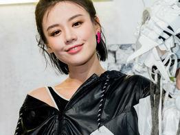 马思纯亮相阿迪达斯秋冬广告片首映 孟佳白色卫衣+短裤清爽有活力