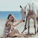 在沙滩上游玩的女人与马