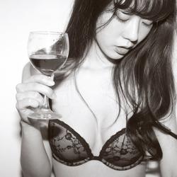 香烟红酒还有可爱的姑娘