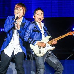 五月天演唱会上海热力开唱 灯光绚烂舞台多变不High到底不罢休