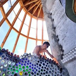 """环保建筑""""大地之舟"""":用旧轮胎和易拉罐造生态房屋"""