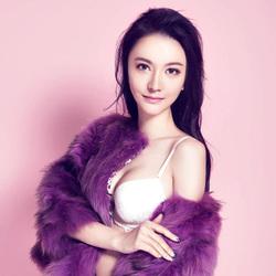 穿紫色皮草的美女