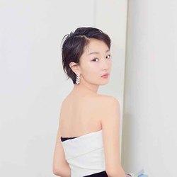 周冬雨现身北京大学生电影节闭幕式 Burberry拼色长裙优雅可爱