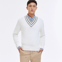 开学季不妨穿一件文气十足的V领学院毛衣