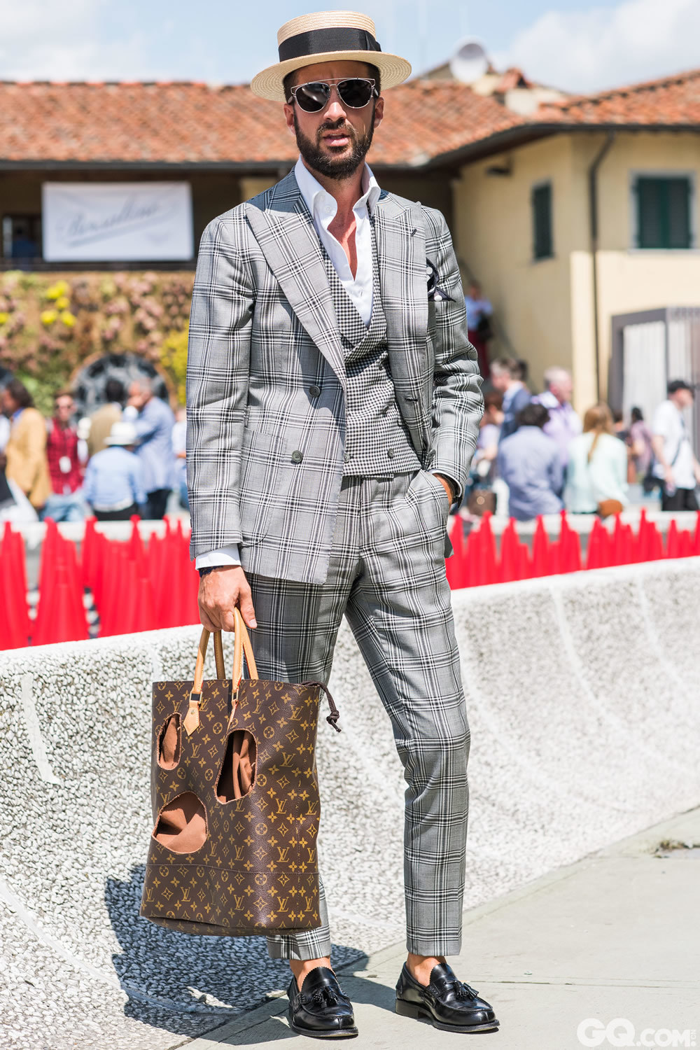 "Raoul Hat: Borsalino Sunglasses: Dior Shirt: made to mesure Suit: Sartoria Napolitana Shoes: Church Pocket square: Tom Ford Bag: Louis Vuitton  Inspiration: I was in a plaid state of mind this morning! (我今天的状态就是""格子""!)"