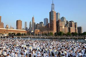 """纽约举办""""白色晚宴""""活动 满城尽是纯白世界"""