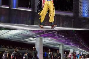 Prada2017春夏秀场 男模就像逃离办公室的疯狂分子