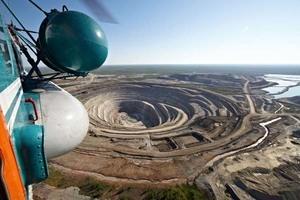 实拍钻石巨头Alrosa露天矿场 巨大天坑似陨石砸落