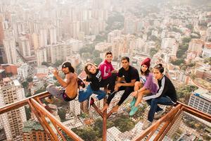 委内瑞拉极限爱好者60层高楼边缘玩倒立