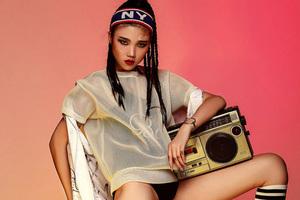复古收音机和女孩