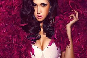 紫色羽毛和性感女人
