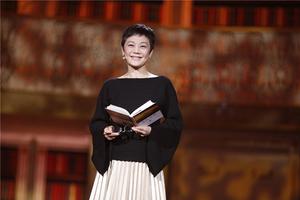 张艾嘉登上《朗读者》舞台 蝙蝠袖上衣+百褶裙典雅风韵