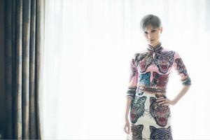 李宇春再度亮相戛纳红毯 Gucci猫头旗袍装演绎复古时尚