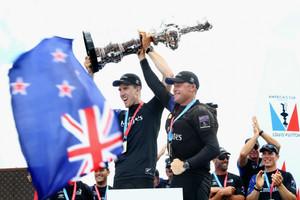 欧米茄热烈庆贺新西兰酋长队摘得第35届美洲杯帆船赛桂冠