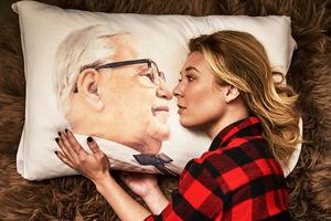 KFC出了一套官方周边;H&M又出联名系列